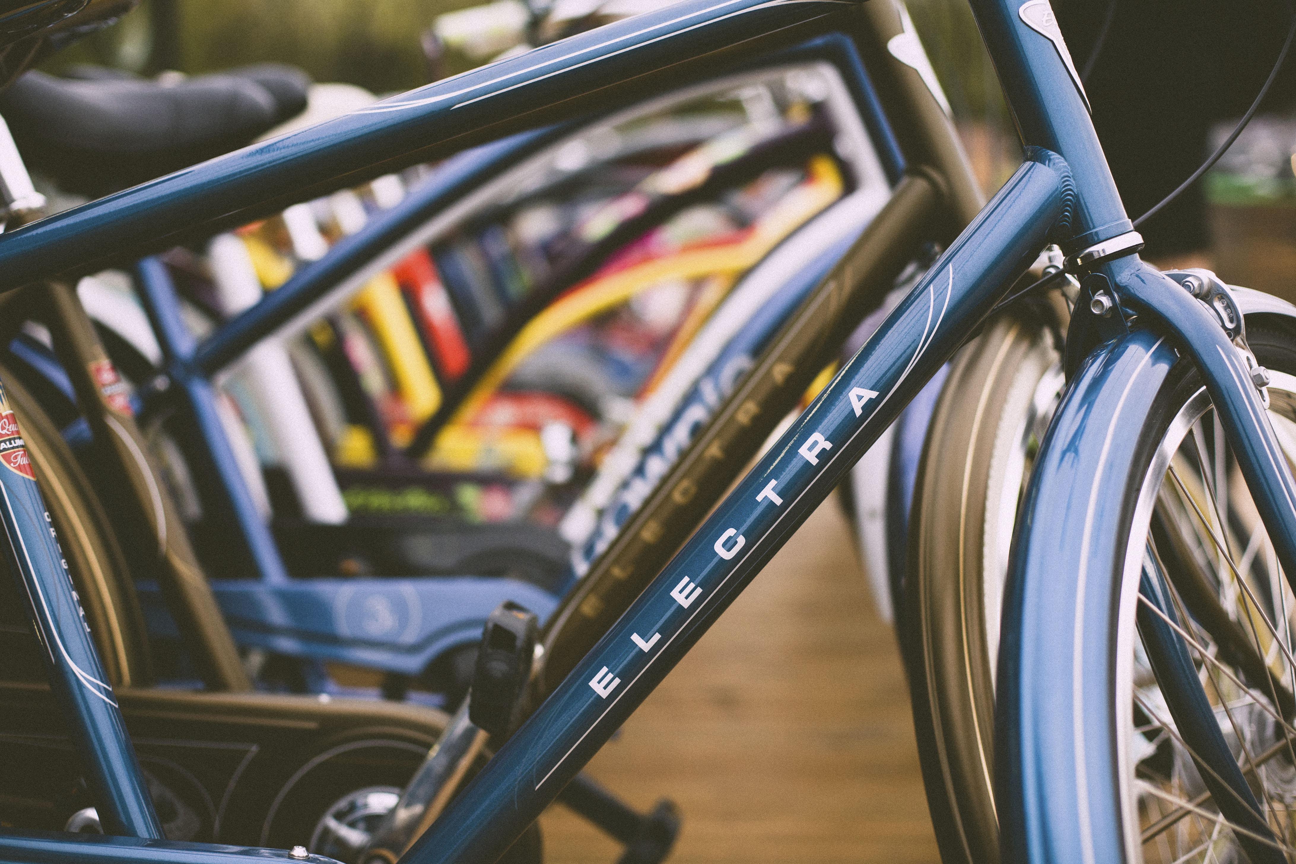 Fietsen in een fietsenstalling